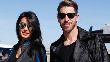 Pilar Rubio y Sergio Ramos posando sonrientes y con gafas de sol.
