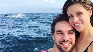 El jugador de baloncesto Pau Gasol con su novia, la estadounidense Catherine McDonnell, durante unos días de vacaciones en febrero de 2018