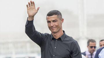 Cristiano Ronaldo saludando a su llegada al estadio J Village de Turín
