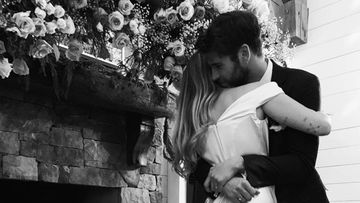 Miley Cyrus y Liam Hemsworth abrazados el día de su boda, el 23 de diciembre de 2018