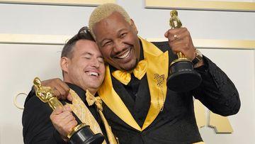 """Martin Desmond Roe y Travon Free posan con el premio al mejor cortometraje de acción en vivo por """"Two Distant Strangers"""" en la sala de prensa de los Oscar el domingo 25 de abril de 2021 en Union Station en Los Ángeles."""