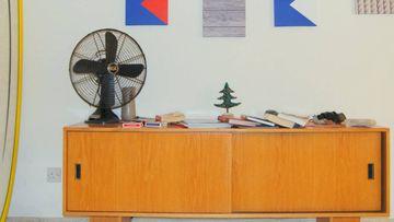Un ventilador siempre ayuda a refrescar una habitación en los días de verano