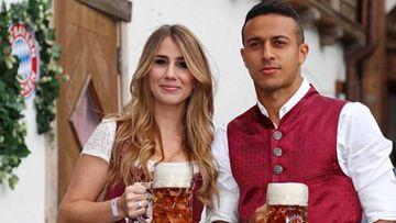 Thiago Alcántara con su mujer, Julia Vigas, celebrando el Oktoberfest.