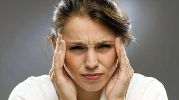 Una mujer con dolor de cabeza por la electrohipersensibilidad