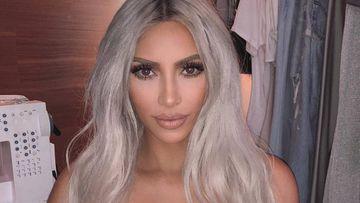 Kim Kardashian posando con el pelo blanco.