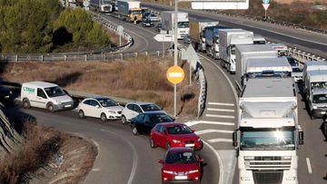 Vista de una retención de tráfico en una carretera de la provincia de Barcelona.