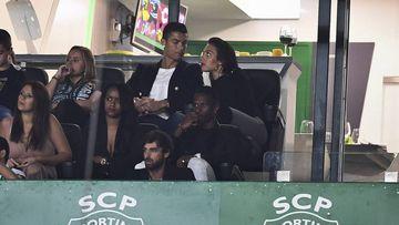 Cristiano Ronaldo y Georgina Rodríguez en el estadio José Alvalade presenciando en directo el partido Sporting de Lisboa-Tondela de La Liga Portuguesa, el 16 de septiembre de 2017. / AFP PHOTO / PATRICIA DE MELO MOREIRA