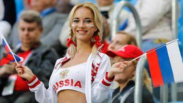Natalya Nemchinova, la 'fan rusa más sexy del Mundial', animando a su selección.