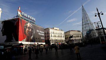 Cartel de la serie de Netflix 'Narcos' en Puerta del Sol de Madrid.