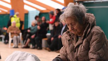 TER08 CAPITIGNANO (ITALIA) 18/01/2017.- Personas desplazadas descansan en el interior de unas instalaciones en Capitignano (L'Aquila), uno de los epicentros del terremoto que azotó a Italia, hoy, 18 de enero de 2017. Cuatro seísmos de magnitud superior a 5 en la escala de Richter sacudieron hoy el centro de Italia, la misma zona que fue devastada por varios terremotos en 2016 y donde numerosos pueblos están aislados o con problemas de acceso por la nieve. Los sismos se han sentido en las regiones del Lacio y los Abruzos y con intensidad también en Roma, sin que por el momento se hayan registrado víctimas ni daños materiales significativos, según datos de las autoridades. EFE/Claudio Lattanzio