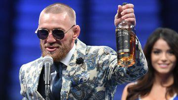 Imagen de Conor McGregor y su botella de whisky.