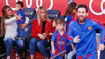 Lionel Messi saliendo del vestuario con su familia y la de Luis Suárez en el banquillo.
