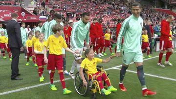 Cristiano Ronaldo entrando al campo con Polina Haeredinova en el partido entre Portugal y Rusia de la Copa Confederaciones 2017.