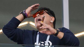 Maradona pide disculpas tras ser pillado fumando un puro en el debut de Argentina en el Mundial.