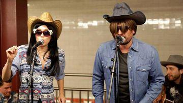 Miley Cyrus y Jimmy Fallon cantan de incógnito en el metro. Imagen: redes sociales