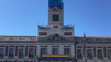 La Casa de Correos de la Puerta del Sol de Madrid, actual sede del Ayuntamiento, adornada con la bandera del orgullo gay por la celebración del World Pride 2017