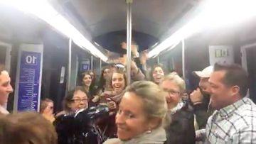 """Los pasajeros de un vagón del Metro de Madrid bailan """"La Bicicleta"""". Imágen: Facebook"""