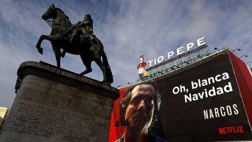 Cartel de la serie de Netflix 'Narcos' en la Puerta del Sol de Madrid.