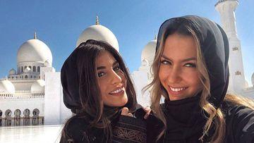 """Yaiza Moreno y Patricia """"Paddy"""" Noarbe, las novias de Mariano Díaz y de Marcos Llorente respectivamente, en la mezquita de Abu Dabi en diciembre de 2018."""