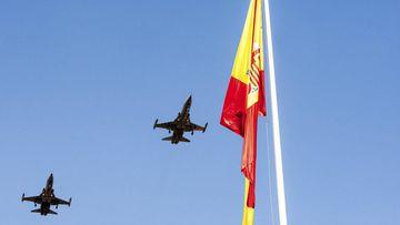 """GRA247. BADAJOZ, 07/10/2017.- Aviones militares en el acto central de Badajoz con motivo del """"Día de la Hispanidad"""", un evento donde han destacado los vítores y los calurosos aplausos a la Guardia Civil y a la Policía Nacional. EFE/Oto"""