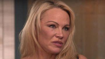 """Pamela Anderson habla de su """"conexión romántica"""" con Julian Assange."""