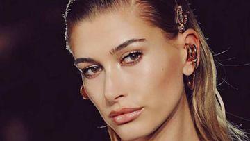La modelo estadounidense Hailey Baldwin posando para Versace.