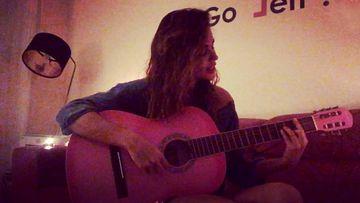 Lara Álvarez cantando su versión del tema Despacito
