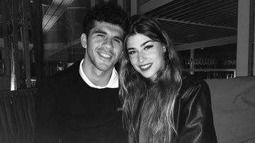 El futbolista del FC Barcelona Carles Aleñá con su novia, Ingrid Gaixas.