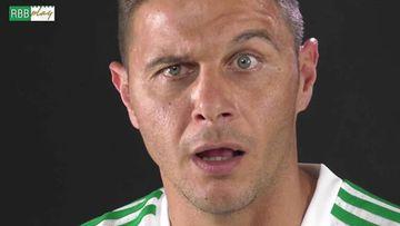 El futbolista Joaquín poniendo cara de tonto con la camiseta del Betis