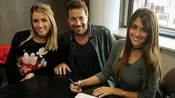 Antonella Roccuzzo y Sofía Balbi, las parejas de Messi y Suárez, firmando un acuerdo empresarial con Ricky Sarkany, el CEO de la firma de moda argentina Sarkany