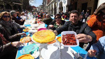 Fiesta de comida asturiana en plena calle