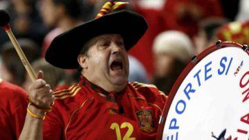Manolo el del bombo animando a España en un partido
