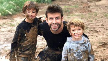 Gerard Piqué con sus dos hijos, Milan y Sasha, muy sonrientes tras jugar en el barro.