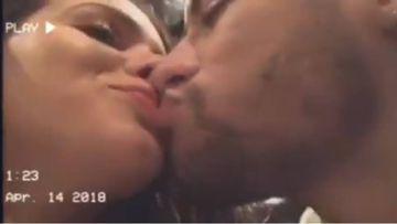Neymar y Bruna Marquezine besándose en un vídeo que grabaron durante su asistencia a la gala amfAR 2018.