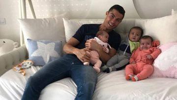 Cristiano Ronaldo con sus tres hijos pequeños, los mellizos Eva y Mateo y Alana Martina