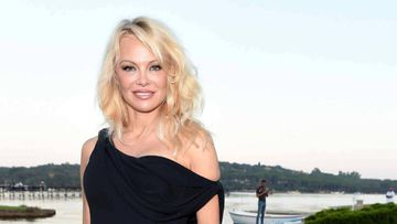 La actriz Pamela Anderson posando en una playa