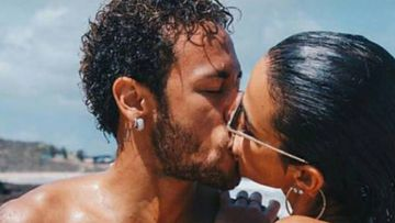 Neymar y Bruna Marquezine besándose en la playa.