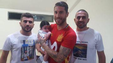 Sergio Ramos en Israel con el pequeño Ramos en brazos, el hijo del fallecido policía Haiel Sitawe, y dos de sus familiares.