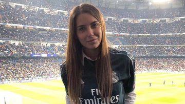 La periodista deportiva argentina Mina Bonino con la camiseta del Real Madrid en el Santiago Bernabéu.