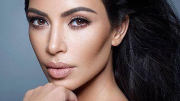 Kim Kardashian, desnuda sobre las ramas de un árbol.