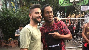 """El cantante colombiano Maluma con el exfutbolista brasileño Ronaldinho mientras graban en Brasil el videoclip de la canción """"Corazón"""""""
