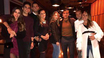 Bartra, Busquets, Thiago y Jordi Alba, de cena en familia