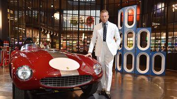 Imagen de Lapo Elkann junto a un Ferrari.