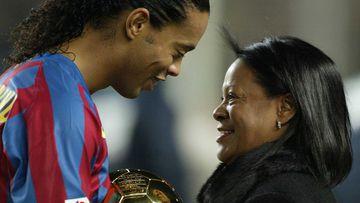 Imagen de Ronaldinho junto a su madre.