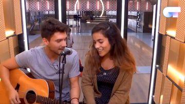 Los concursantes de OT 2018 Carlos Right y Julia interpretando juntos el tema 'Volverte a ver' de Malú y Pablo Alborán
