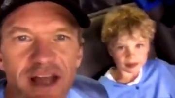 El actor estadounidense Neil Patrick Harris con su hijo luciendo la camiseta del Manchester City durante el partido de pretemporada entre el City y el Liverpool que acogió el MetLife Stadium de Nueva Jersey dentro de la novena edición de la International Champions Cup