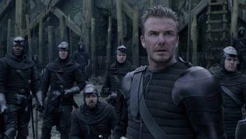 David Beckham en una escena de su cameo en Rey Arturo: La leyenda de Excalibur.