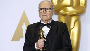 Ennio Morricone posa con el Oscar a la Mejor Banda Sonora Original de 2016 por 'Los Odiosos Ocho'.